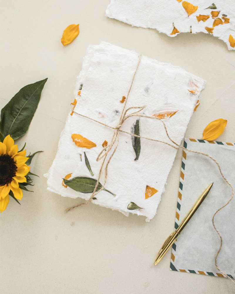diy du papier fait maison avec des tournesols la joie. Black Bedroom Furniture Sets. Home Design Ideas