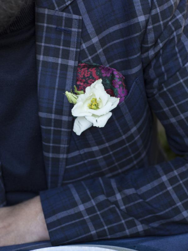 Une touche florale pour votre ensemble de fête  - Lajoiedesfleurs.fr